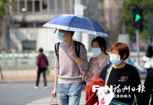 22日午后,榕城街头,行人撑伞遮阳。