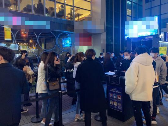 韩国夜店疫情期间爆满 年轻人不戴口罩室内狂欢