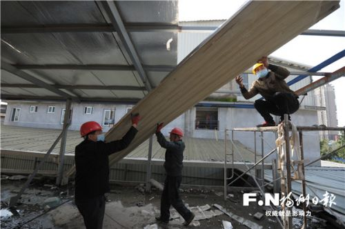 工人开始拆除危房。记者 王玉萍 摄