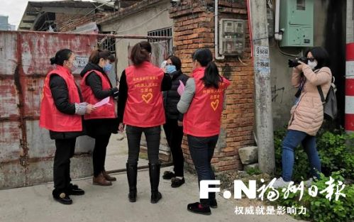 廖思兴(右一)在一线采访。(福州高新区供图)