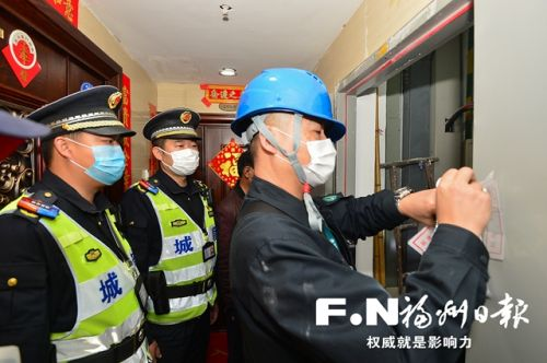 工作人员在群租房的电表上贴上封条。 记者 邹家骅 摄