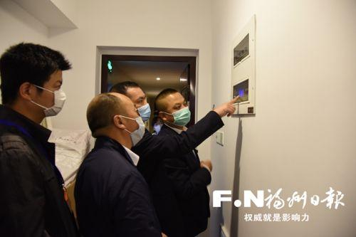 执法人员查看群租房里加装的电表。(福州高新区供图)