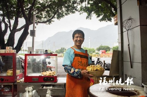 航海人温步贡改行传承炭烤葱饼 打造网红美食