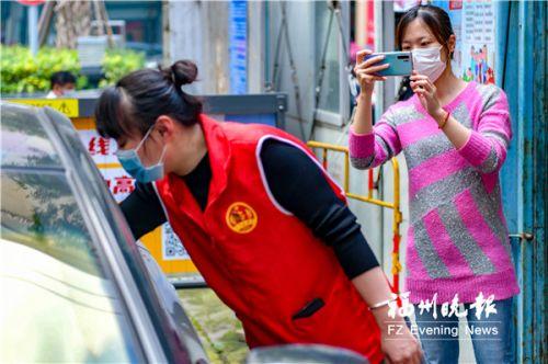 陈钰烨(右)在拍摄街道防控工作。