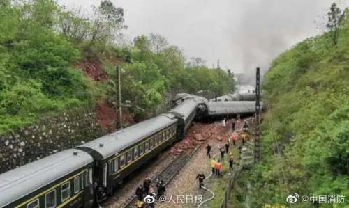一列客運火車在湖南境內側翻詳細經過 一列客運火車在湖南境內側翻現場圖