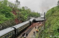 一列客运火车在湖南境内侧翻详细经过 一列客运火车在湖南境内侧翻现场图