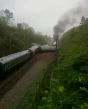 火車側翻起火最新消息現場圖 火車側翻起火具體原因是什么?