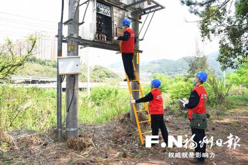 工作人员对配电线路进行红外检测外检测。通讯员 陈蒸 摄