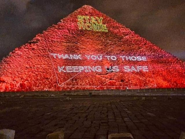 埃及点红金字塔怎么回事? 埃及点红金字塔照片曝光十分震撼