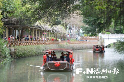 游客乘坐游船欣赏白马河两岸美景。记者 池远 摄