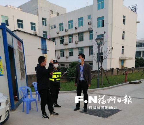 刘学荣(右一)在观察点了解留观人员隔离情况。记者 余少林 摄