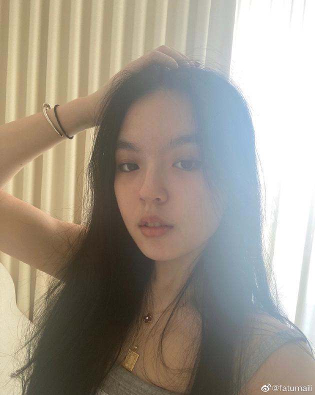 李咏女儿法图麦晒自拍 穿吊带发丝凌乱慵懒迷人