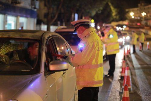 宁德交警组织开展夜查酒驾行动