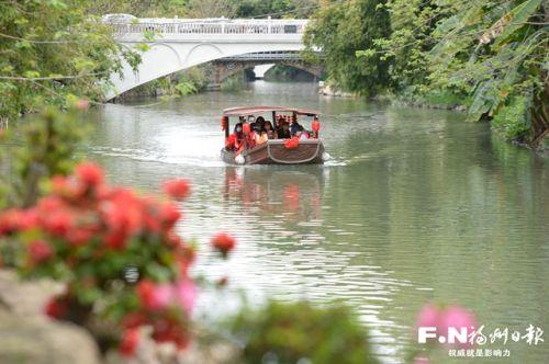 市民一元乘船游白马河。记者 池远摄