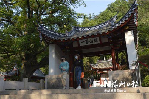游客游览鼓山。 记者 池远 摄