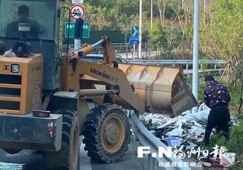 福州晋安城管立行立改 清理路边偷倒垃圾