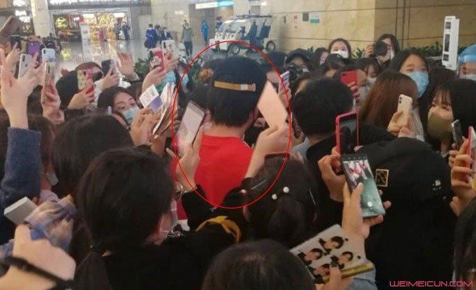 张新成机场遭围堵 现场狂追画面曝光本尊发文说了什么网友炸了