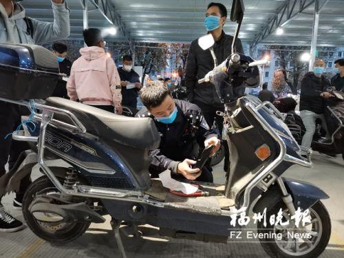 昨晚,民警在旅游集散中心換牌點查驗車輛。