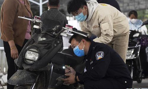 福州:加班加點更換新式電動自行車號牌