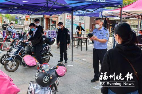 設在冠亞廣場的流動換牌服務點,民警正在為市民辦理業務。
