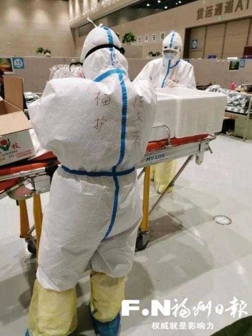 陳冬榮在方艙醫院工作。(受訪者供圖)
