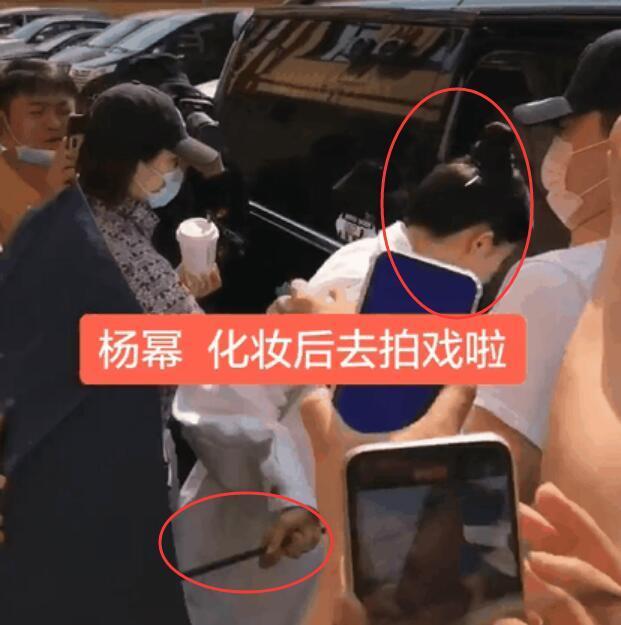 杨幂黑脸扔伞被骂垃圾 一个举动惹怒周围群众怎么回事