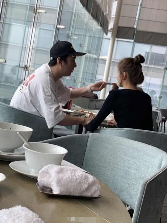王思聪给新女友喂食什么情况现场图 王思聪新女友是谁个人资料