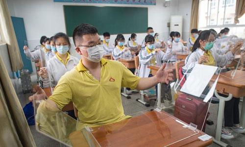 武汉高三复学:透明隔板阻飞沫