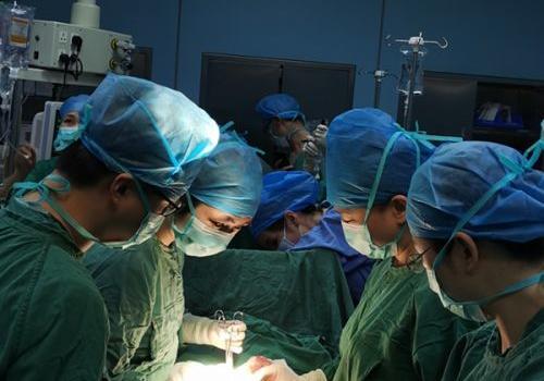 百岁老人腹藏大肿瘤 三个子女写手术请愿书