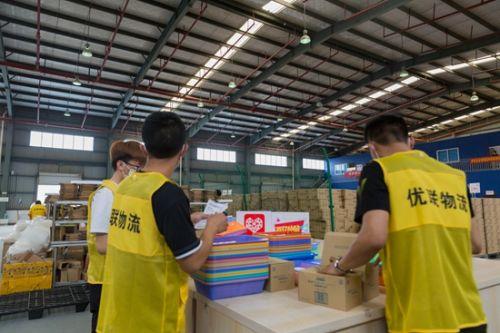 """▲拼多多""""百亿补贴""""和""""全球购""""正在直播江阴保税仓内的发货场景,物流工作人员在接到商家派发的消费者订单后,根据保税仓规则进行海淘商品的出货操作。张冰摄"""
