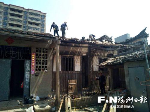 施工人员加紧修复存在隐患的古厝。 记者 余少林 摄