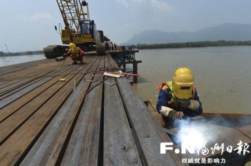 滨海快线祥谦段,乌龙江段过江大桥施工中。  记者 池远 摄