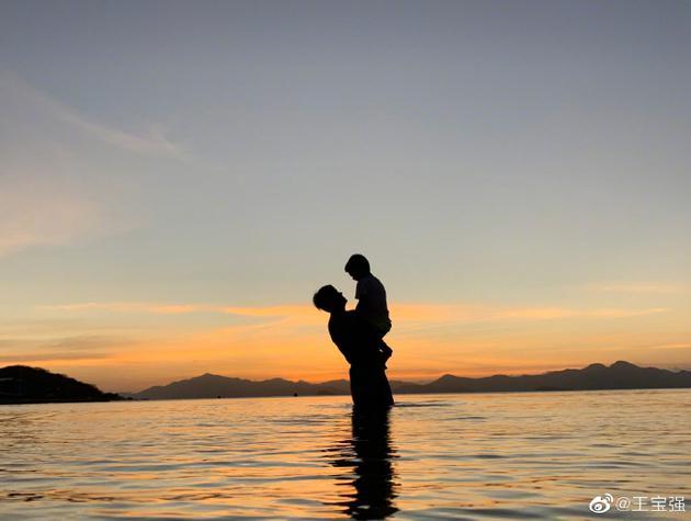 王宝强为儿子庆生说了什么 王宝强儿子和女儿是亲生吗
