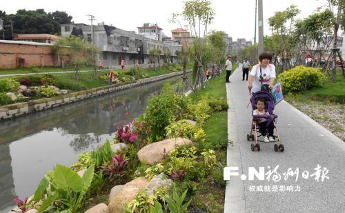 市民在龙津河沿岸散步。记者 叶义斌 摄