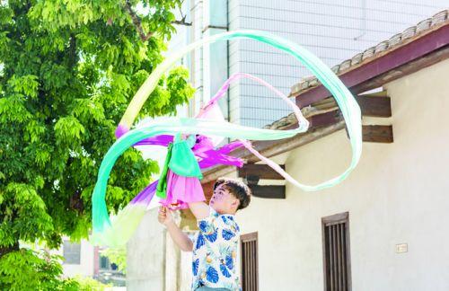 """漳州17岁少年杨锦伟 牵丝木偶戏让木偶""""变脸"""""""