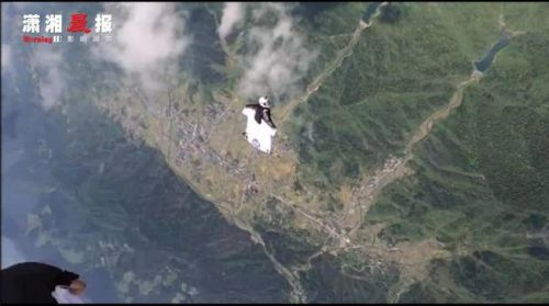 张家界女翼装飞行员最后一跳画面是什么样的?以非正常姿态急剧下降