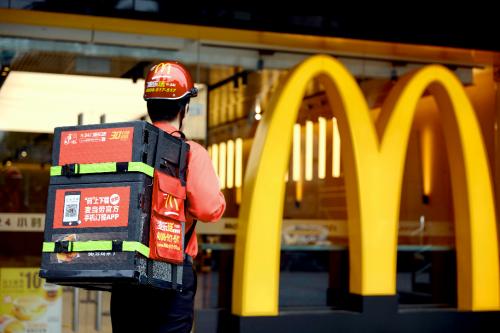 截至目前,麦当劳中国有超过近3000家餐厅提供外送服务,已全部进驻了美团外卖平台。