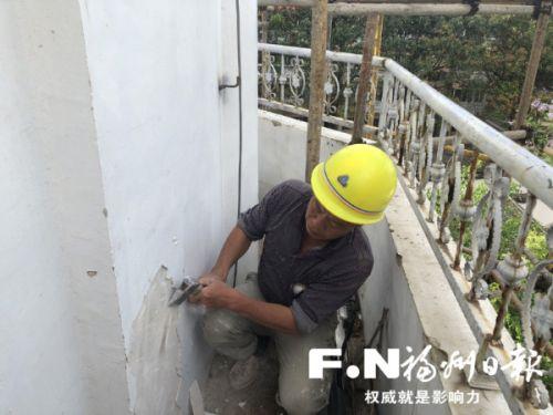 工人剥离白塔外墙面。记者 吴晖 摄
