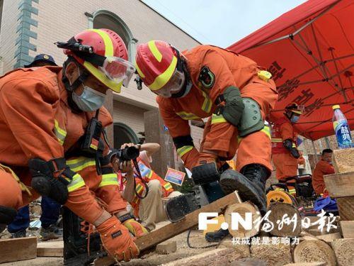 指战员进行破拆救援。(市消防救援支队供图)