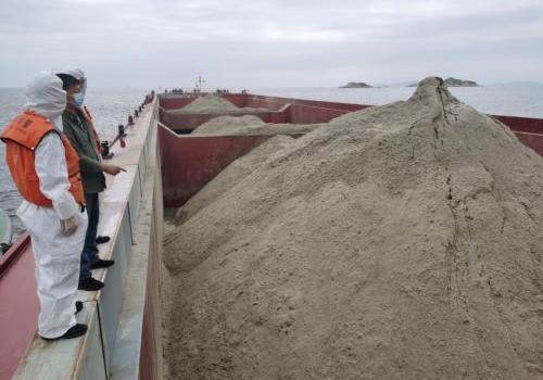 深夜出击!澳门威尼斯人注册福州海警查获万吨级运砂船