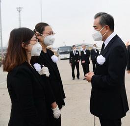 王毅赴机场接杜伟大使回家 现场图曝光令人悲痛不已