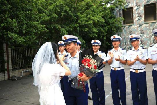 女幼师捧花向消防员男友求婚说了这样一句话 现场画面太感人了