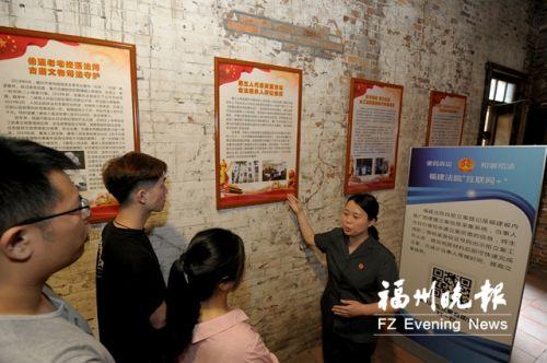 法官在永德会馆向市民宣传文物保护知识。