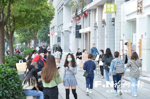 东街口商圈人气渐旺(资料图片)。记者 池远 摄