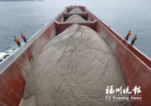 非法运输海砂 连江洋屿附近海域万吨级货船被扣