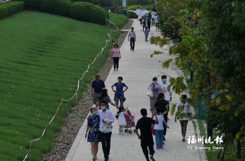 市民在闽江公园北园彩色步道上健身。