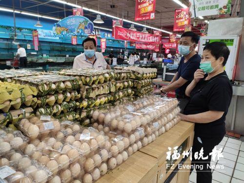 黎明永辉超市内,消费者在购买鸡蛋。