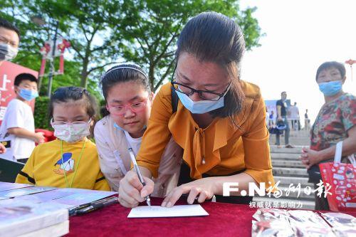 游客在登船游览后写下对晋安河游船的祝福。记者 邹家骅 摄