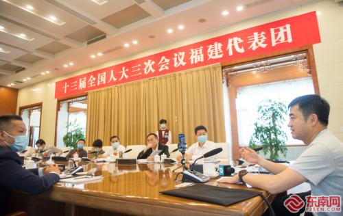 福建省全國人大代表在福建代表團小組會議上建言獻策