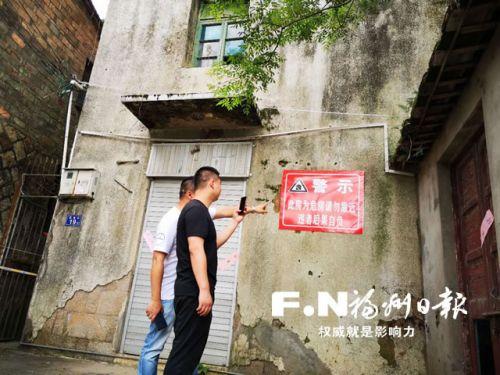 技术人员更新房屋处置信息。(连江县委宣传部供图)